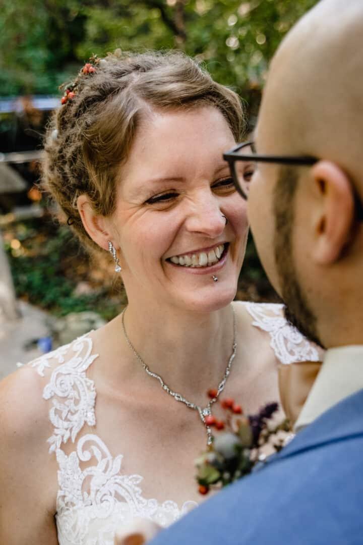 Braut lacht ihren Bräutigam an
