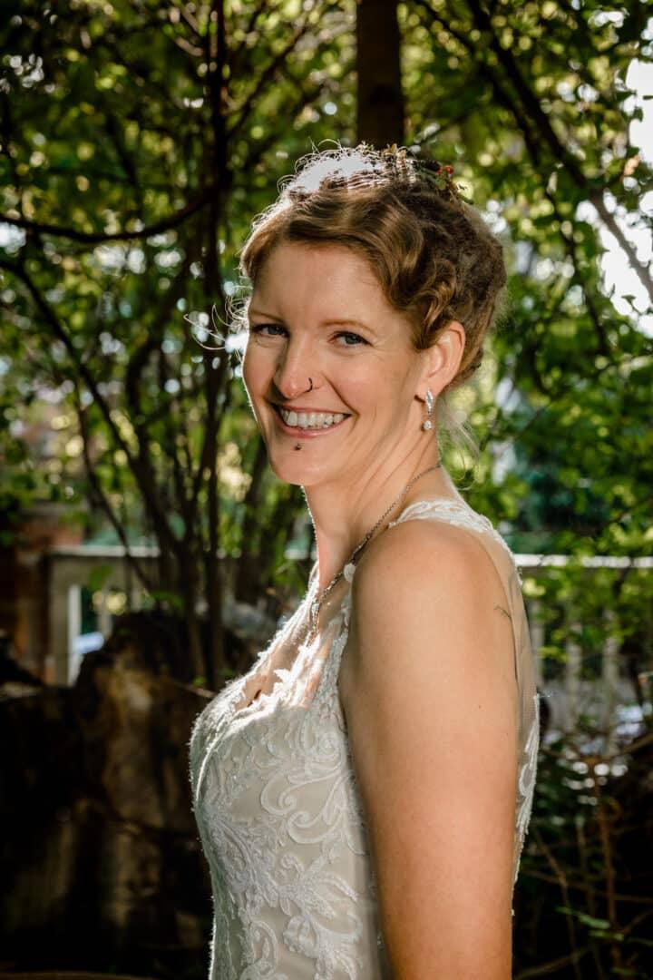 Braut lacht in die Kamera beim posen