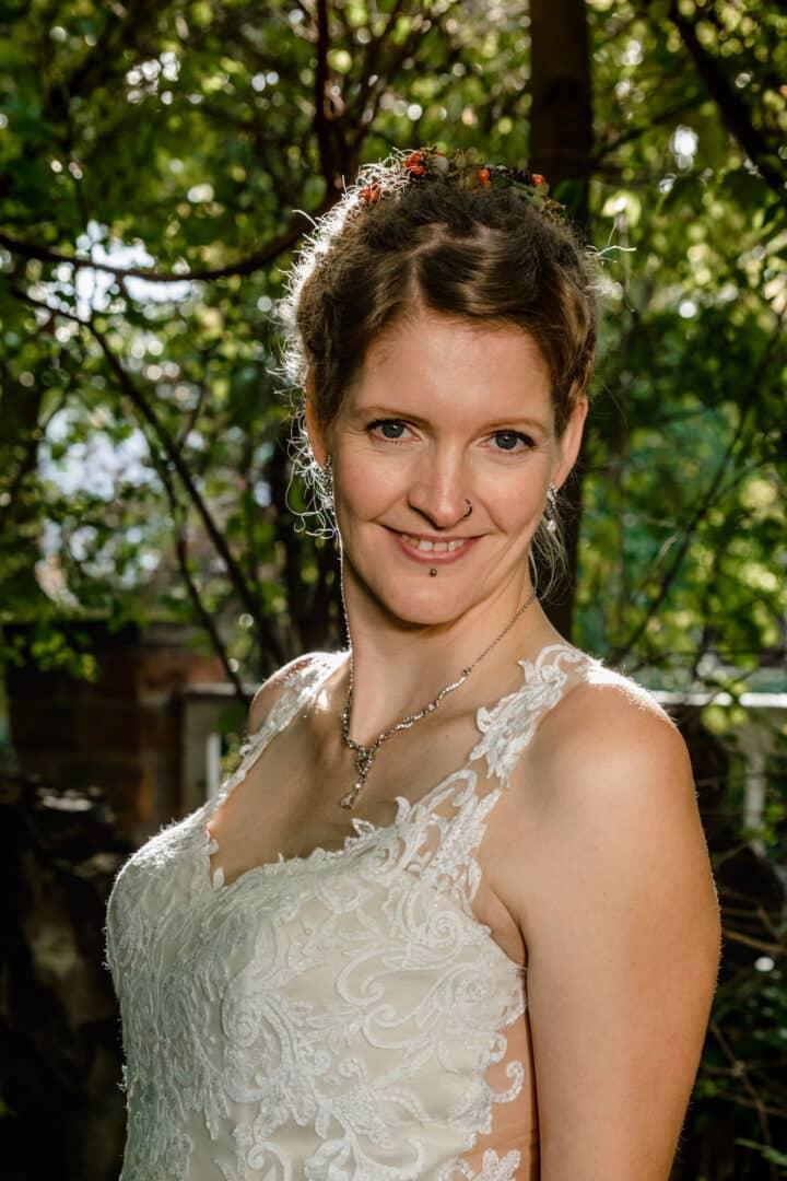 Braut post für die Kamera im Vortex Garten