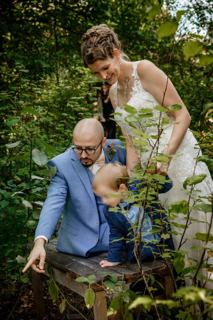 Brautpaar im Vortex Garten zeigt Sohn was im Teich schwimmt