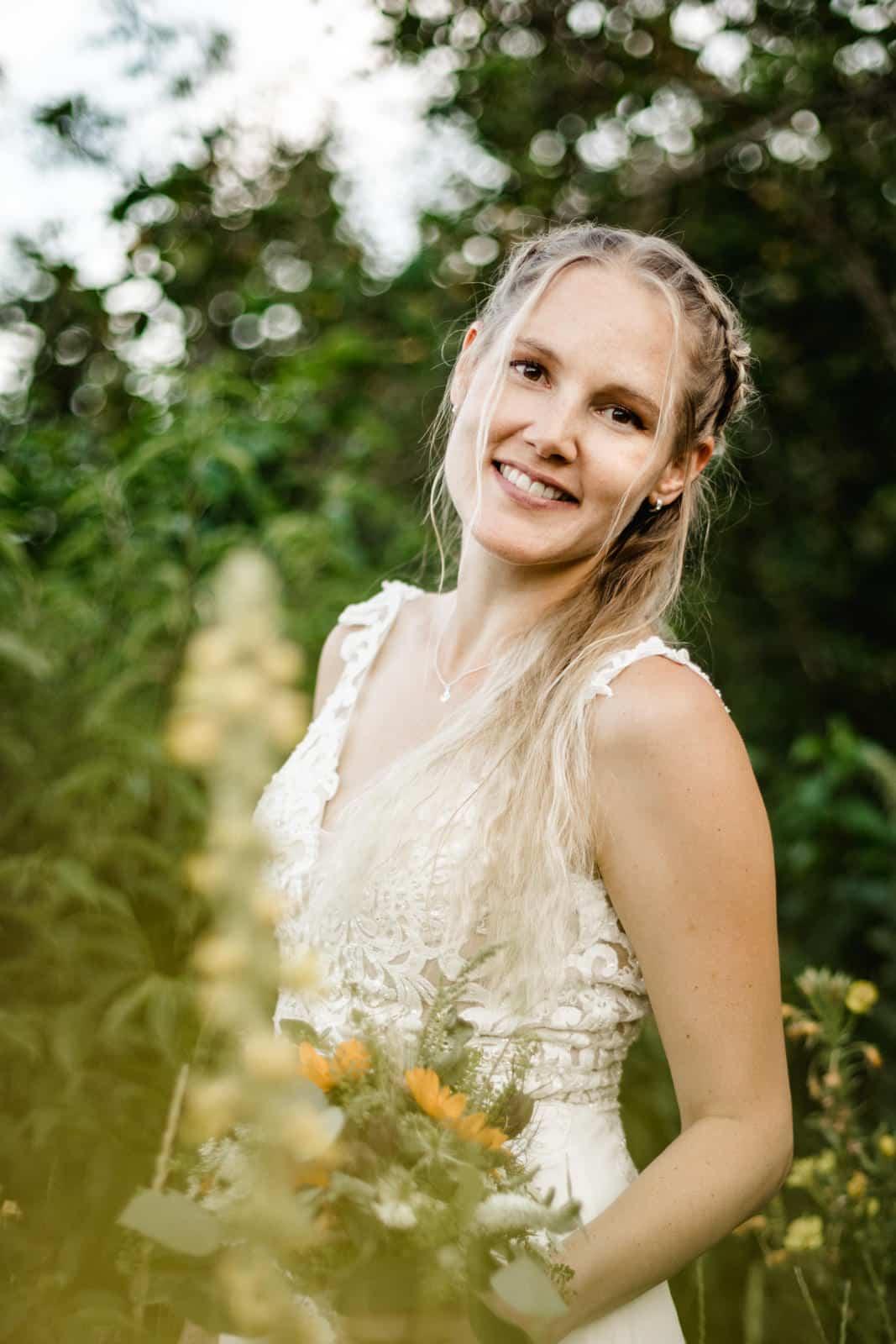 Braut lacht in Kamera beim Fotoshooting in den Griesheimer Dünen