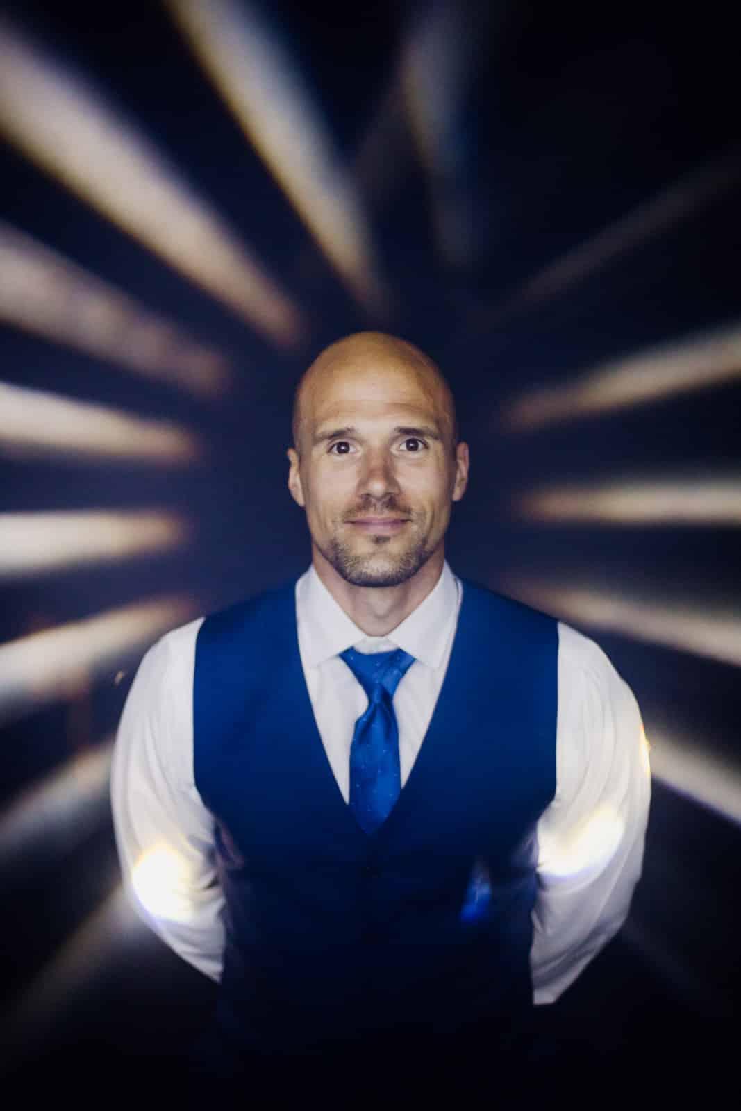 Bräutigam steht im Scheinwerferlicht beim Hochzeitsshooting in Darmstadt