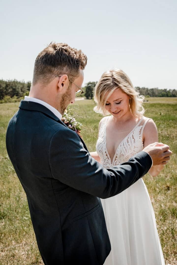 Bräutigam sieht seine Braut im Brautkleid das erste Mal in Griesheim