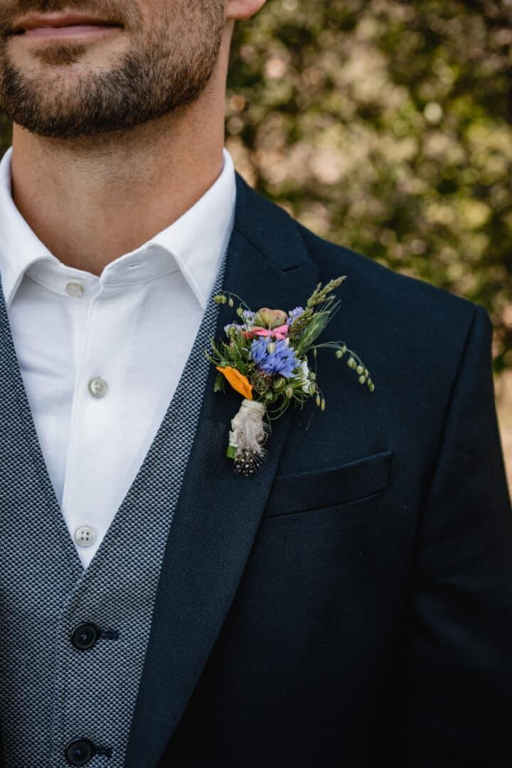 Buttoniere beim Bräutigam mit Kornblume in den Griesheimer Dünen