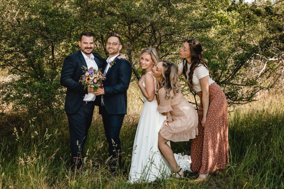 Braut und Bräutigam mit Trauzeugen im lustigen Gruppenfotoposing in den Griesheimer Dünen
