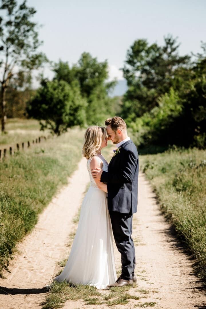 Braut und Bräutigam beim Brautpaarshooting in den Griesheimer Dünen im Sommer Stirn an Stirn.