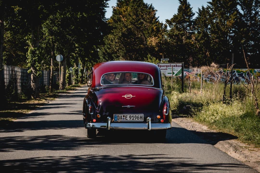 Brautpaar fährt im Brautauto in Griesheim zur Trauung.