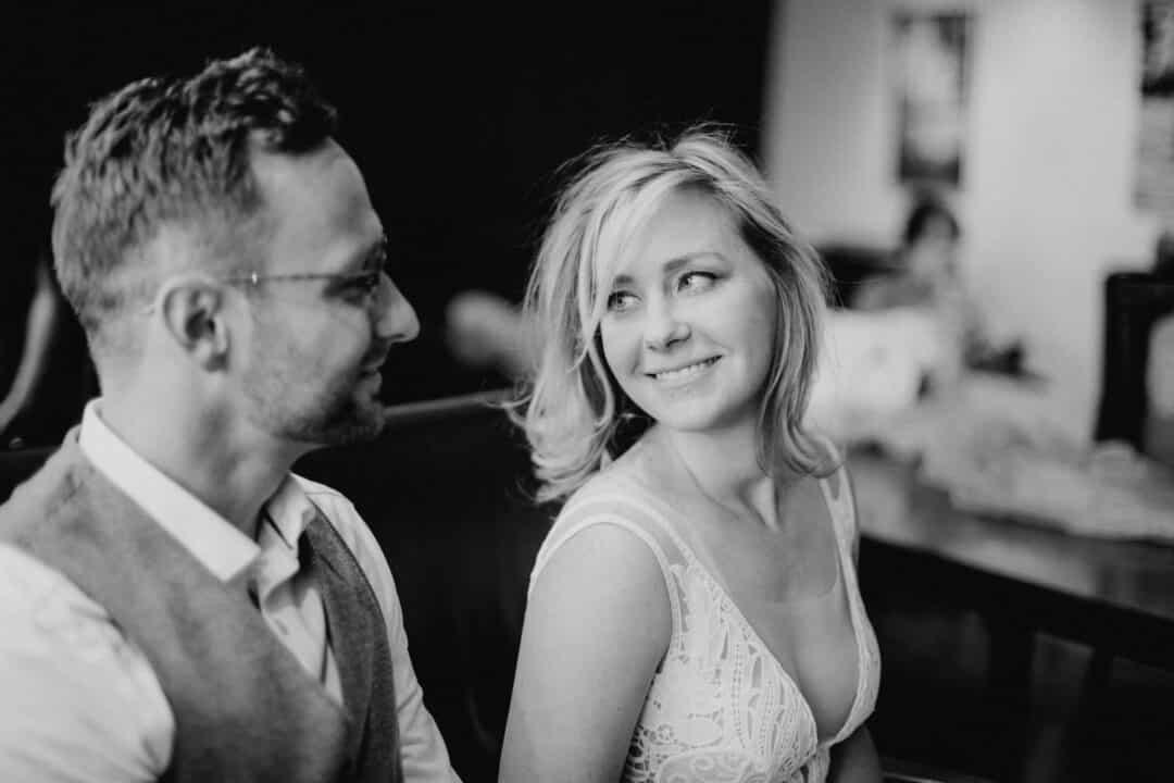 Braut lacht ihren Bräutigam an während ihrer Trauung im Standesamt Griesheim
