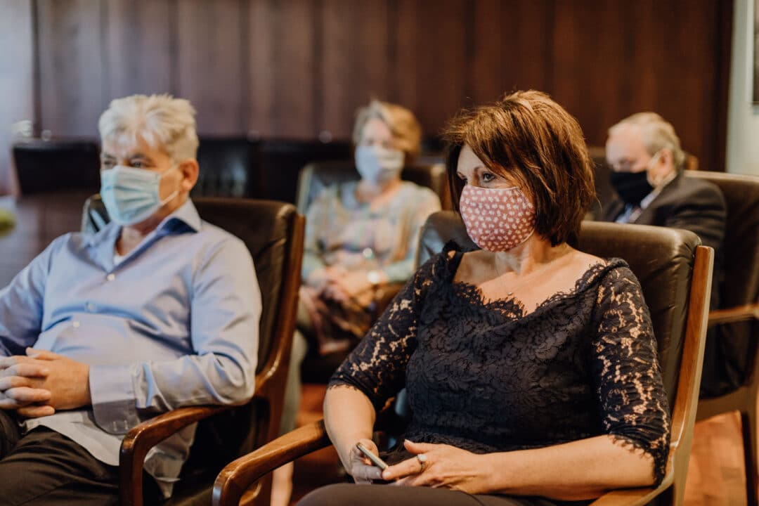 Brauteltern tragen Mund-Nasen-Schutz während der standesamtlichen Hochzeit in Griesheim bei Darmstadt