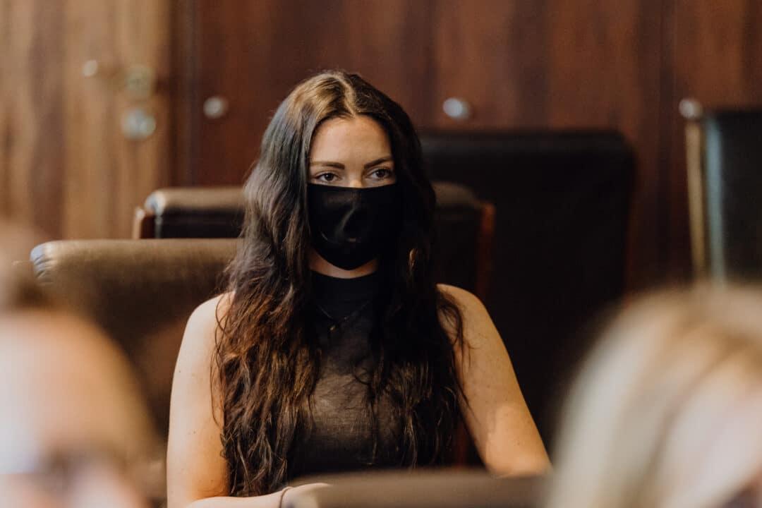 Frau sieht aus wie ein Ninja während der standesamtlichen Trauung in Griesheim in Corona Zeiten mit Mundschutz