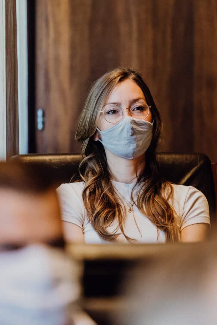 Frau trägt während einer standesamtlichen Trauung eine Mund-Nase-Maske in Griesheim bei Darmstadt