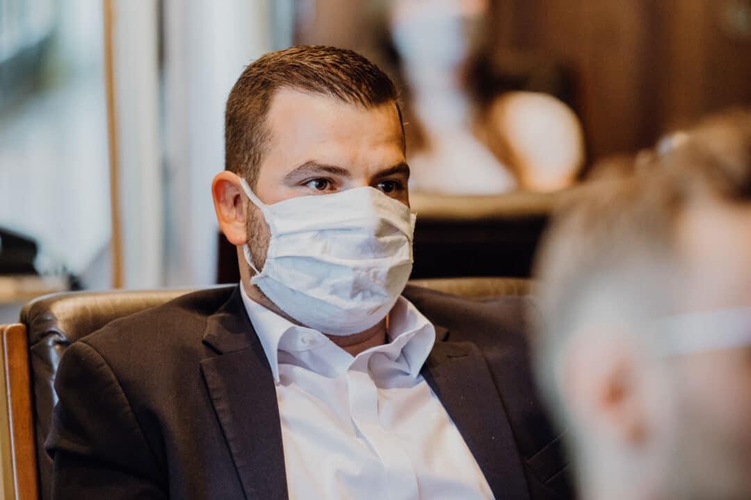 Mann mit Schutzmaske vor dem Gesicht während der Standesamtlichen Trauung in Griesheim während Corona