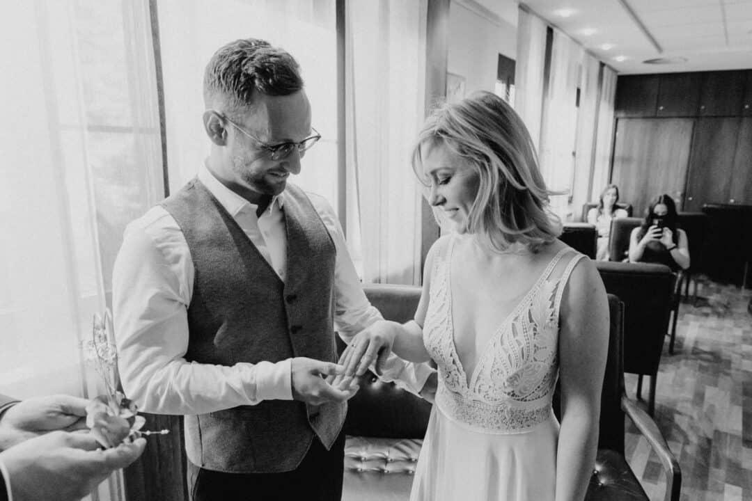 Braut bewundert ihren Ring nachdem er ihr von ihrem Mann im Standesamt Griesheim angesteckt wurde.