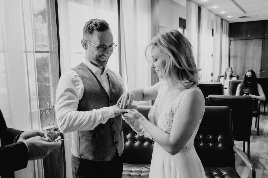 Braut steht ihrem Mann den Ring nach dem Ja-Wort an beim Standesamt Griesheim