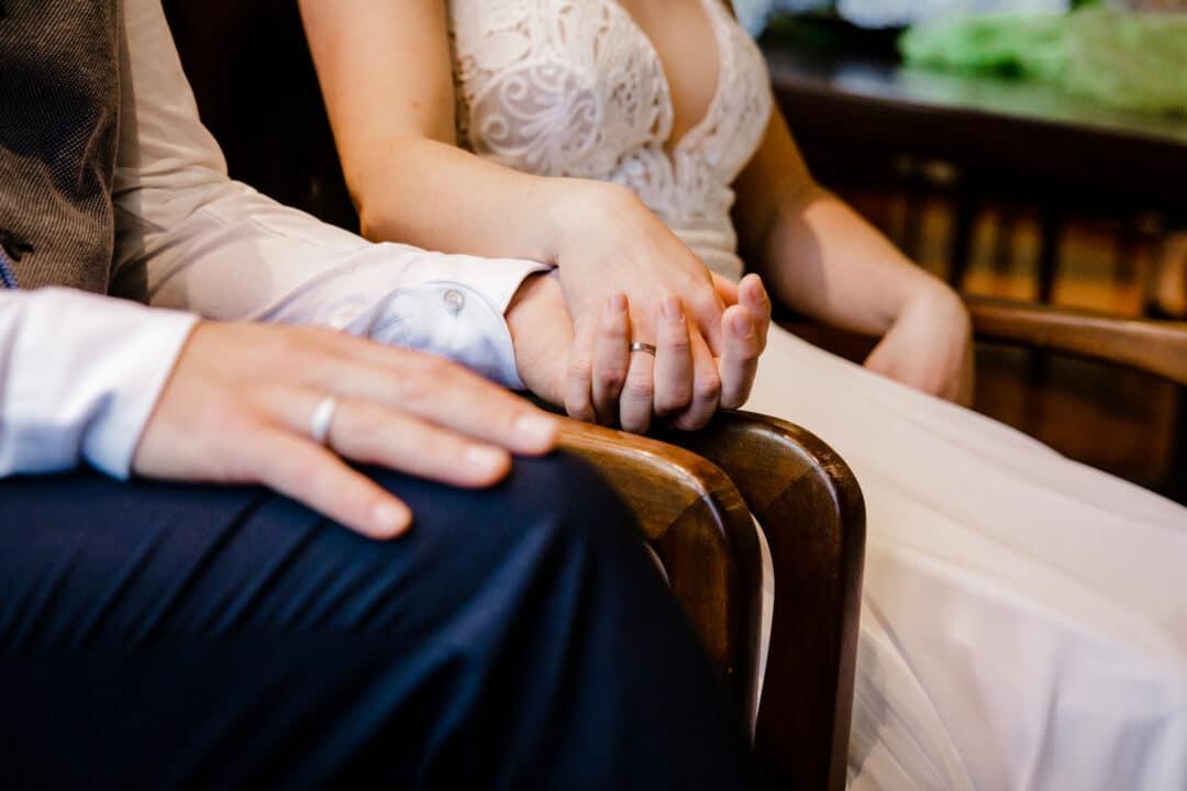 Brautpaar hält sich die Hände mit Trauringen um während der Trauung im Standesamt in Griesheim bei Darmstadt