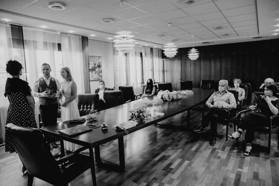 Im Standesamt Griesheim während der Trauung in Coronazeiten und alle Gäste mit Mundschutz