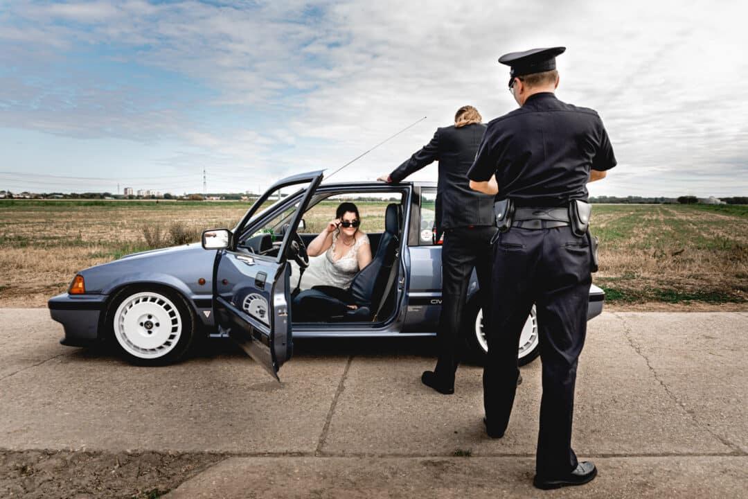 Bräutigam wird vom amerikanischen Polizisten verhaftet